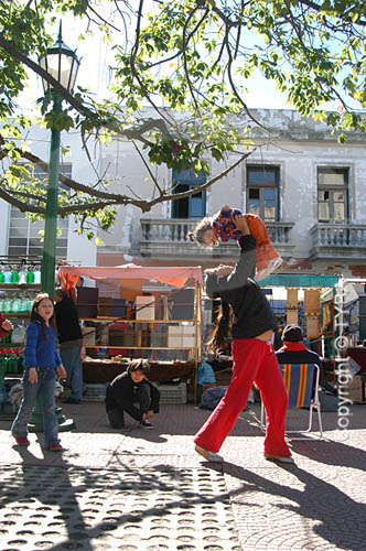 Mãe brincando com a filha -  Bairro San Telmo - Buenos Aires - Argentinaobs.:  foto digital