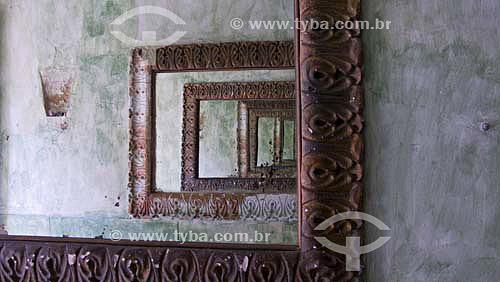 Espelhos no restaurante
