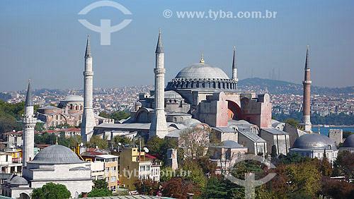 Basílica de Santa Sofia. Provavelmente o  mais importante marco da arquitetura de Istambul, Hagia Sophia (em Grego), Santa Sofia (em Latim), ou Ayasofya (em Turco), foi o maior templo Cristão do mundo, desde a sua construção, no século VI, até à construção da Basílica de São Pedro em Roma, cerca de 1000 anos mais tarde.Istambul - Turquia - Outubro de 2007
