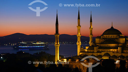 Vista noturna da Mesquita Azul com Estreito de Bósforo ao fundo - Istambul - Turquia - Outubro de 2007