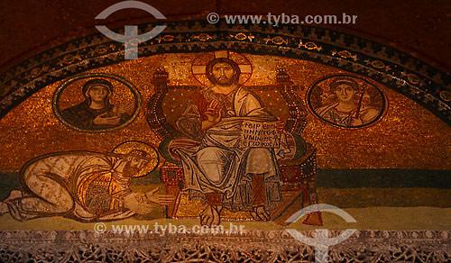 Basílica de Santa Sofia. Provavelmente o  mais importante marco da arquitetura de Istambul, Hagia Sophia (em Grego), Santa Sofia (em Latim), ou Ayasofya (em Turco), foi o maior templo Cristão do mundo, desde a sua construção, no século VI, até à construção da Basílica de São Pedro em Roma, cerca de 1000 anos mais tarde.Istambul - Turquia - Outubro de 2004