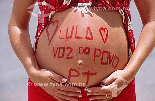Detalhe de barriga de mulher grávida pintada em homenagem a Lula e ao Partido dos Trabalhadores na posse de Luiz Inácio Lula da Silva como Presidente da República do Brasil em 01/01/2003, na cidade de Brasília - DF - Brasil  - Brasília - Distrito Federal - Brasil