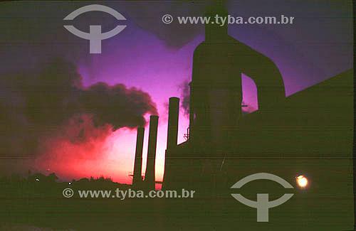 Poluição - Chaminés de industria ou fábrica poluindo o ar