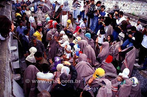 Enterro dos menores vítimas da chacina da Candelária - Meninos de rua  com cobertores e encapuzados, protegendo os seus rostos para não serem identificados - RJ - BrasilData: 26/07/1993