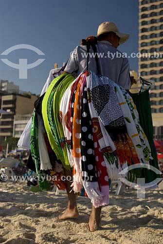 Comerciante ambulante vendendo cangas em Ipanema - Rio de Janeiro - RJ - Brasil  - Rio de Janeiro - Rio de Janeiro - Brasil