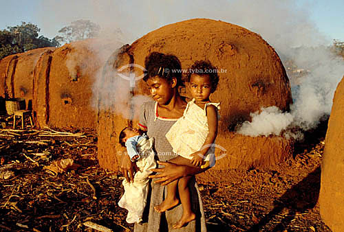 Crianças trabalhando em carvoaria - trabalho infantil - problema social - Brasil