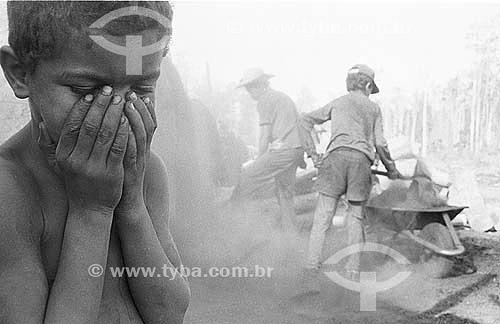 Crianças trabalhando em carvoaria, trabalhadores rurais - PA - 2004  - Pará - Brasil