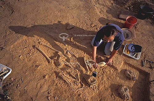 Arqueológa pesquisando ossadas dos soldados da guerra de Canudos - Bahia - Brasil - Data: 2004