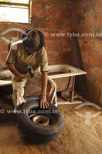 Borracheiro em seu local de trabalho - Porto das Caixas / Itaboraí - RJ - Brasil - 6/01/2007   - Itaboraí - Rio de Janeiro - Brasil