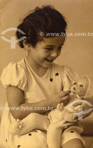 Criança com boneca - anos 30 Acervo: Maria Evangelina Rodrigues de Almeida