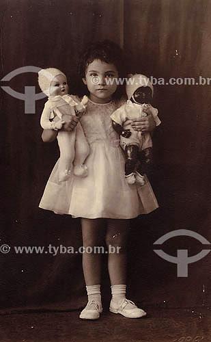 Criança com boneca e negra e branca - Multiracial - Anos 30 - ParáAcervo: Maria Evangelina Rodrigues de Almeida  - Pará - Brasil