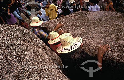 Religião católica - Romeiros passando entre duas pedras para visitar a estátua de Padre Cícero - Juazeiro do Norte - Ceará - Brasil  - Juazeiro do Norte - Ceará - Brasil