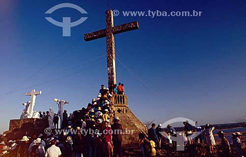 Pessoas ao pé da cruz durante romaria - Bom Jesus da Lapa - BA - Brasil - (2005)  - Bom Jesus da Lapa - Bahia - Brasil