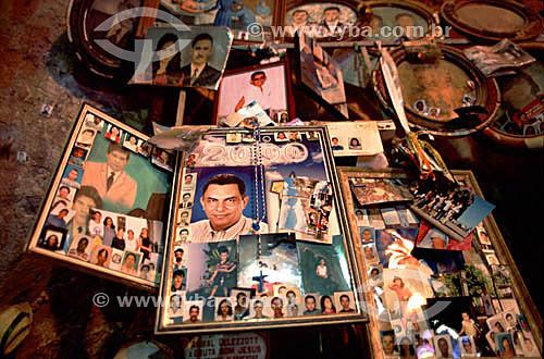 Assunto: Crucifixo e fotografias em sala dedicada aos ex-votos no interior da gruta do Santuário de Bom Jesus da Lapa, uma manifestação importante da fé católica / Local: Bom Jesus da Lapa - Bahia - Brasil / Data: 2005