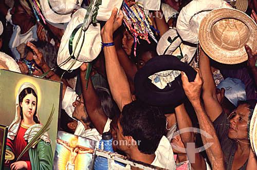 Romeiros tirando o chapéu na missa noturna (Esplanada II) em Bom Jesus da Lapa, uma manifestação importante da fé católica no Brasil - sertão da Bahia  - Bom Jesus da Lapa - Bahia - Brasil