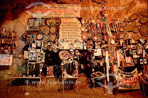 Assunto: Fotografias em sala dedicada aos ex-votos no interior da gruta do Santuário de Bom Jesus da Lapa, uma manifestação importante da fé católica / Local: Bom Jesus da Lapa - Bahia (BA) - Brasil / Data: 2005