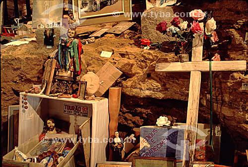 Crucifixo de madeira e imagem de santos em sala dedicada aos ex-votos no interior da gruta do Santuário de Bom Jesus da Lapa, uma manifestação importante da fé católica - Bom Jesus da Lapa - Bahia - Brasil  - Bom Jesus da Lapa - Bahia - Brasil
