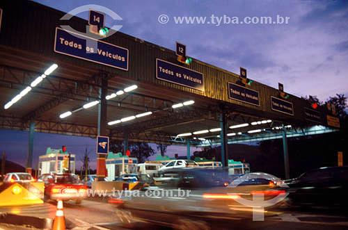 Carros no pedágio da auto-estrada Rio - Juiz de Fora - Rio de Janeiro - RJ - Brasil 2008  - Rio de Janeiro - Rio de Janeiro - Brasil