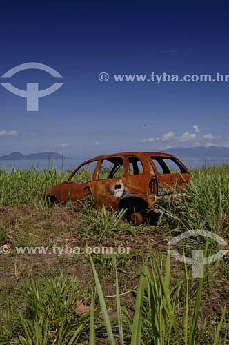 Sucata de automóvel (Corsa) queimado e abandonado - Rio-Santos - Próximo a Mangaratiba - RJ - Brasil15/04/2007  - Mangaratiba - Rio de Janeiro - Brasil
