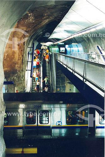 Pessoas nas escadas rolantes de acesso ao metrô - Estação Arcoverde - Copacabana - Rio de Janeiro - RJ - Brasil  - Rio de Janeiro - Rio de Janeiro - Brasil