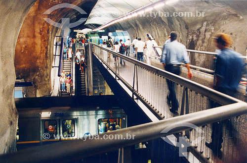 Pessoas nas escadas rolantes e passarela de acesso ao metrô  - Estação Arcoverde - Copacabana - Rio de Janeiro - RJ - Brasil  - Rio de Janeiro - Rio de Janeiro - Brasil