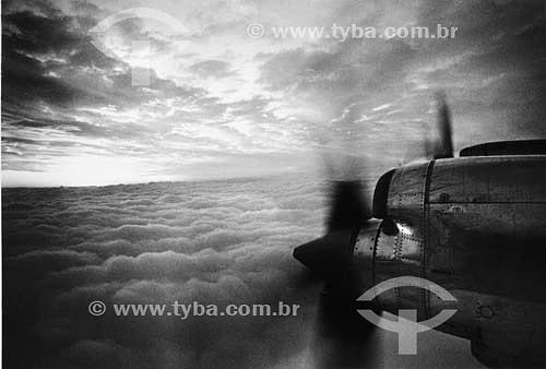 Sobre nuvens, as hélices do avião Lockheed Electra da Varig, símbolo da ponte aérea Rio-São Paulo durante décadas, até dezembro de 1991.  - São Paulo - São Paulo - Brasil