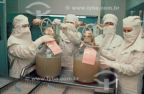 Cientistas trabalhando na produção de soro contra veneno de cobra no Instituto Butantan - São Paulo - SP - Brasil  - São Paulo - São Paulo - Brasil