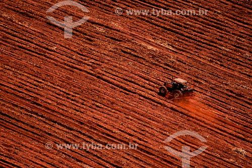 Assunto:Preparo de terra para plantação de cana-de-açucar.Local: Triangulo Mineiro - MGData: Março de 2008