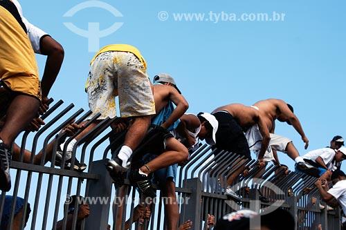 Assunto: Torcedores pulando grade pra invadir gramado no estádio Morumbi / Local: São Paulo - SP / Data: 03/2008