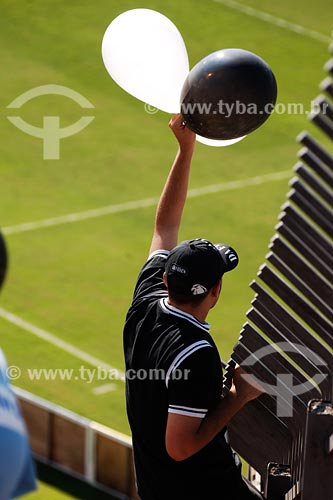 Assunto: Torcidor do Corinthians segurando balões de ar em jogo no estádio Morumbi / Local: São Paulo - SP / Data: 03/2008