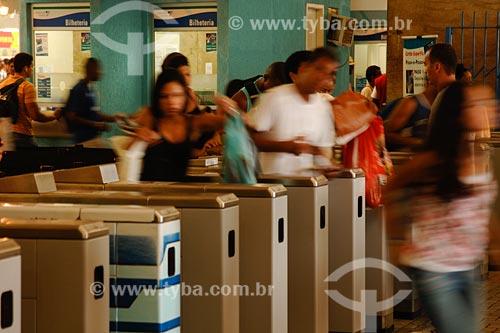 Assunto: pessoas atravessando a roleta na Estação de Trem Central do BrasilLocal: Bairro Centro - Rio de Janeiro - RJ - BrasilData: 2008