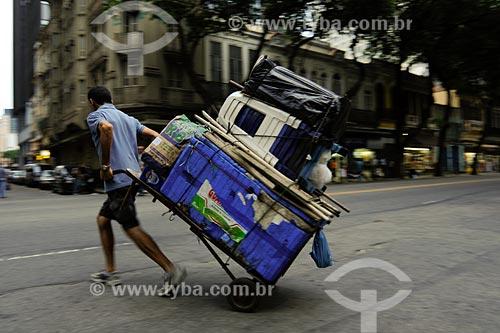 Assunto: Homem carregando carrinho com isopor e bancos na Avenida Marechal Floriano / Local: Bairro Centro - Rio de Janeiro - RJ - Brasil  / Data: 01/2008