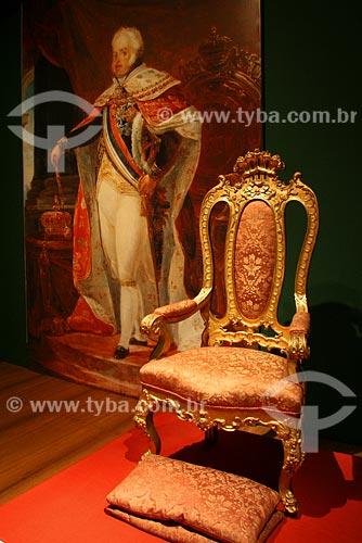 Assunto: Cadeira da cerimônia do beija mão, Madeira com douramento e tecido adamascado séc XVIII / Local: Museu Histórico Nacional - Rio de Janeiro - RJ / Data: 05/2008