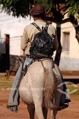 Assunto: Homem com mochila, facão e chapéu típico andando a cavalo / Local: Vitoria do Mearim - MA / Data: 08/2008