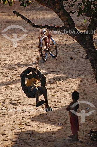 Assunto: Crianças brincando - balanço feito com pneu de caminhão / Local: Bacabeira - MA / Data: 08/2008