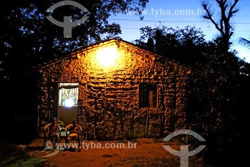 Assunto: Luz elétrica em casa de pau-a-pique na propriedade dos quilombolas - Povoado de Recurso / Local: Santa Rita - MA / Data: 08/2008