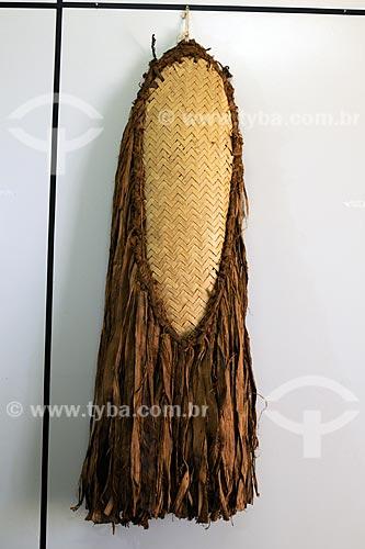 Assunto: Vestimenta da tribo Xicrin - Traje de dança constituído de uma esteira de forma oval, palha de babaçú com franja de embíra de castanheira - Fundação Casa de Cultura / Local: Marabá - PA / Data: 08/2008