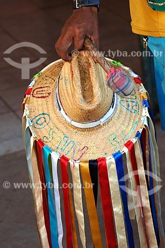 Assunto: Pessoa segurando chapéu e baqueta - Bairro das Laranjeiras / Local: Açailandia - MA / Data: 08/2008