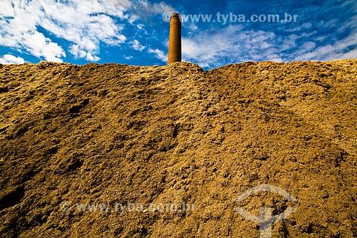 Grande pilha de bagaço de cana-de-açúcar - usado para gerar energia para o moinho e venda - Usina São Francisco de Etanol e Açúcar  - Sertãozinho - São Paulo (SP) - Brasil