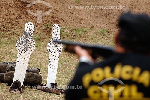 Assunto: Policial com calibre doze (escopeta) mirando ao alvo / Local: Estande de tiro da polícia civil - Cajú - Rio de Janeiro - RJ / Data: 09/2008