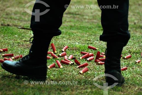 Assunto: Detalhe de botades de policial civil com cartuchos de escopeta no chão a sua volta / Local: Estande de tiro da polícia civil - Cajú - Rio de Janeiro - RJ / Data: 09/2008