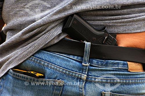 Assunto: Detalhe detalhe de arma nas costas de de policial civil durante treinamento / Local: Estande de tiro da polícia civil - Cajú - Rio de Janeiro - RJ / Data: 09/2008