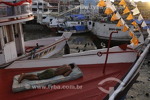 Assunto: Homem dormindo no barco - Cais do Mercado Ver o Peso / Local: Belém (PA) / Data: 13 de Outubro de 2008