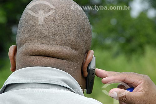 Assunto: Pessoa falando no celular / Local: Jozini - Umkhanyakude - Kwazulu Natal - África do Sul / Data: 13 de Março de 2007