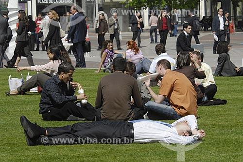 Assunto: Pessoas sentadas na grama comendo em La Defense / Local: Paris - França / Data: 18 de Abril de 2007