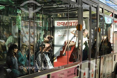 Assunto: Pessoas dentro de ônibus em Paris / Local: Paris - França / Data: 19 de Abril de 2007