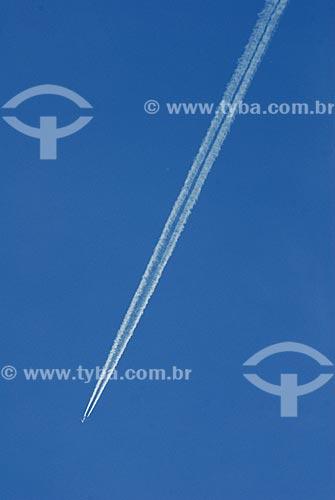 Assunto: Avião cruzando o ceu de Viena / Local: Viena - Áustria / Data: 21 de Abril de 2007