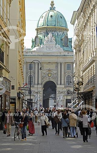 Assunto: Kohlmarkt - Portal Michelertor do Palácio Hofburg ao fundo / Local: Viena - Áustria / Data: 22 de Abril de 2007