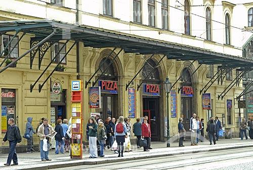 Assunto: Ponto de ônibus em estação de trem em Praga / Local: Praga - República Tcheca / Data: 23 de Abril de 2007
