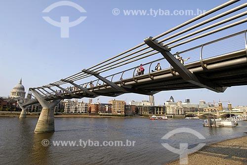 Assunto: Millennium footbridge - Catedral St. Paul ao fundo / Local: Londres - Inglaterra / Data: 28 de Abril de 2007